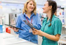 ventas, mujer atendiendo a un cliente