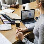 5 consejos que debes saber para aumentar tus ganancias  ¿Cómo puedes aumentar tus ganancias? Puede que esta pregunta te la hayas planteado alguna vez; y es que ir aumentando gradualmente los ingresos es un objetivo común entre todos los emprendedores y empresas.  Por eso en este artículo te mencionaremos 5 consejos que te ayudarán a obtener el incremento de tus ganancias realizando pequeños cambios pero de alto impacto en tu trabajo.   Maneras de aumentar tus ganancias  Existen distintas formas de aumentar tus ganancias, debes de ser consciente que para ello necesitaras hacer cambios en tu negocio correctos; estos pueden ser:  1.Incrementa el tráfico Una manera efectiva de aumentar tus ganancias es incrementar el número de visitas que tiene tu marca; si posees un blog, redes sociales, página web u otra opción, es momento de sacarle provecho a esta herramienta que tienes.  Haz un plan de acción de cómo harás sentir tu presencia en cada una de las plataformas; organiza tu SEO, relaciónate con otros profesionales del sector y crea relaciones que luego te recomienden. También puedes hacer uso de la publicidad de pago de las redes sociales para llegar a más personas.  2.Sube el precio de venta No vendas solo basándote en el costo de tu producto, toma en cuenta el valor que este tiene en tu cliente potencial. La mayoría de los compradores están dispuestos a pagar más por tu producto debió a que estos les dan un aporte positivo a sus vidas.  3.Vende más a los que ya te compraron Un paso efectivo para aumentar tus ingresos es venderles más a los clientes que ya te han comprado en otra oportunidad. Puedes ofrecerles un producto o servicio complementario, o también un descuento en algún producto por ser un cliente tuyo para aumentar las ventas.  Piensa en tu cliente y busca una forma atractiva de enfocar este consejo en tu empresa; el objetivo es que tu cliente no se sienta acosado y que se le haga atractivo el comprarte vez tras vez.  4.Centra tu atención en tus clientes pot