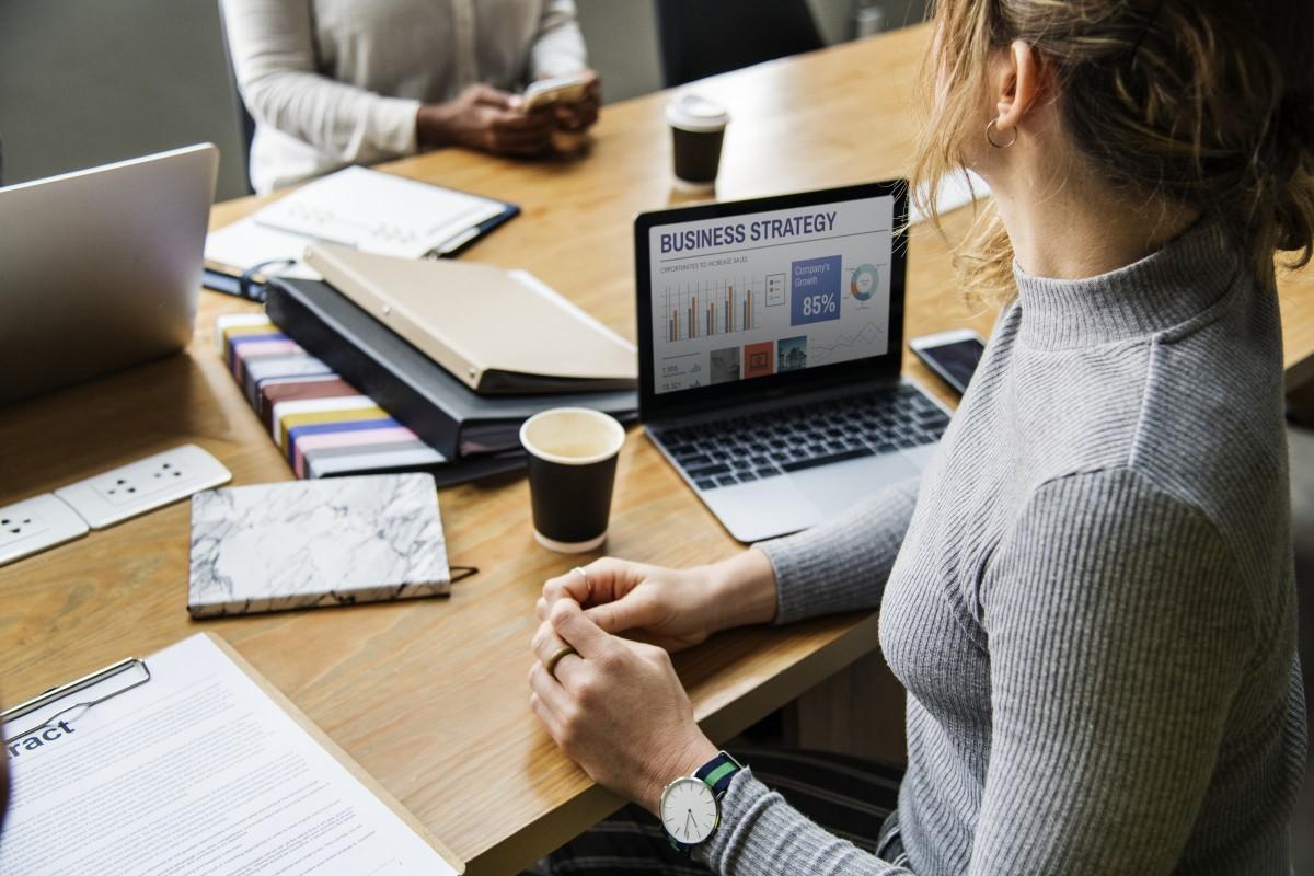 5 consejos que debes saber para aumentar tus ganancias ¿Cómo puedes aumentar tus ganancias? Puede que esta pregunta te la hayas planteado alguna vez; y es que ir aumentando gradualmente los ingresos es un objetivo común entre todos los emprendedores y empresas. Por eso en este artículo te mencionaremos 5 consejos que te ayudarán a obtener el incremento de tus ganancias realizando pequeños cambios pero de alto impacto en tu trabajo. Maneras de aumentar tus ganancias Existen distintas formas de aumentar tus ganancias, debes de ser consciente que para ello necesitaras hacer cambios en tu negocio correctos; estos pueden ser: 1. Incrementa el tráfico Una manera efectiva de aumentar tus ganancias es incrementar el número de visitas que tiene tu marca; si posees un blog, redes sociales, página web u otra opción, es momento de sacarle provecho a esta herramienta que tienes. Haz un plan de acción de cómo harás sentir tu presencia en cada una de las plataformas; organiza tu SEO, relaciónate con otros profesionales del sector y crea relaciones que luego te recomienden. También puedes hacer uso de la publicidad de pago de las redes sociales para llegar a más personas. 2. Sube el precio de venta No vendas solo basándote en el costo de tu producto, toma en cuenta el valor que este tiene en tu cliente potencial. La mayoría de los compradores están dispuestos a pagar más por tu producto debió a que estos les dan un aporte positivo a sus vidas. 3. Vende más a los que ya te compraron Un paso efectivo para aumentar tus ingresos es venderles más a los clientes que ya te han comprado en otra oportunidad. Puedes ofrecerles un producto o servicio complementario, o también un descuento en algún producto por ser un cliente tuyo para aumentar las ventas. Piensa en tu cliente y busca una forma atractiva de enfocar este consejo en tu empresa; el objetivo es que tu cliente no se sienta acosado y que se le haga atractivo el comprarte vez tras vez. 4. Centra tu atención en tus clientes potenciale